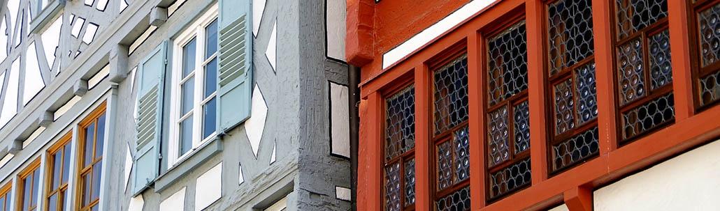 Fassaden von zwei Fachwerkhäusern
