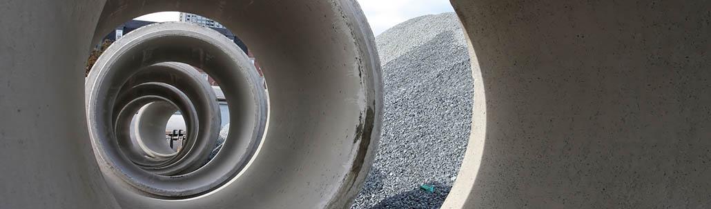 Gruppe von großen Betonröhren für Kanalbau