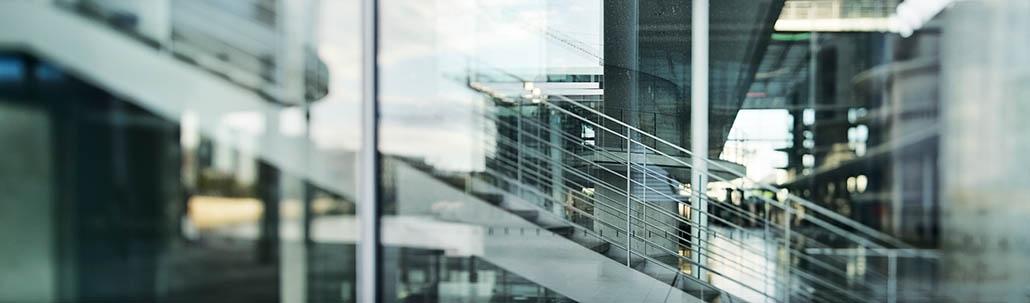 Abstrakte Glasfassade eines modernen Gebäudes
