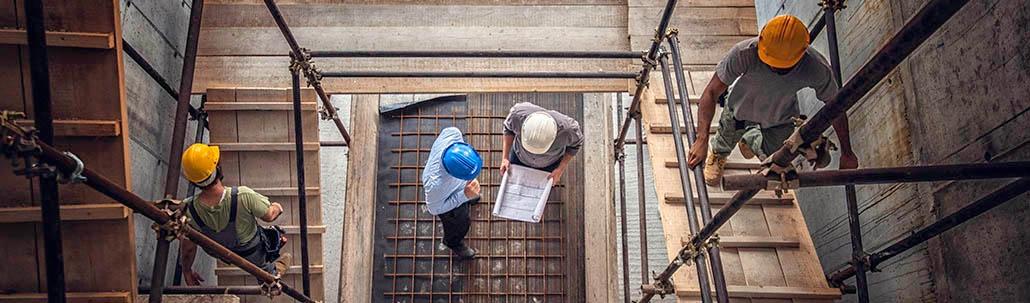 Bauarbeiter und Architekt in der Baustelle von oben