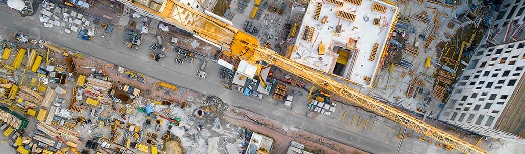 Baustelle von oben mit Kran