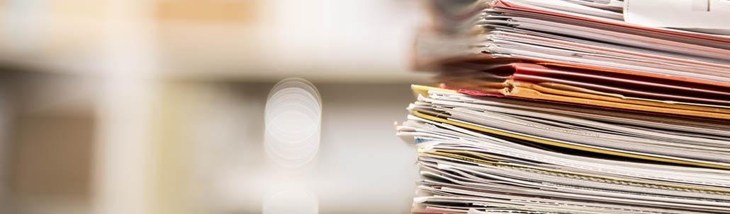 Stapel mit Dokumenten und Einzelseiten